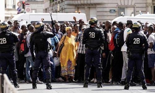 Người di dân châu Phi biểu tình tại Paris, Pháp. Ảnh: AFP.