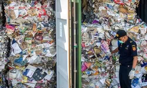 Container chứa rác nhập khẩu từ Australia tại cảng Surabaya, Indonesia. Ảnh: AFP.