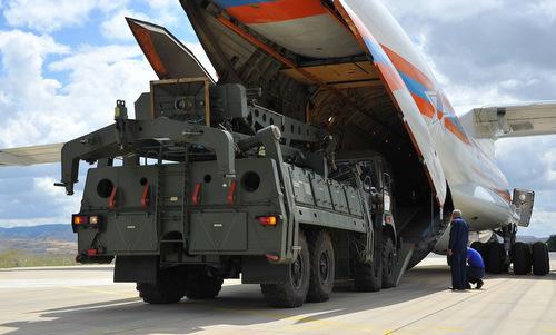 Xe nạp đạn thuộc tổ hợp S-400 rời vận tải cơ Nga tại căn cứ Murted hôm 12/7. Ảnh: Twitter.