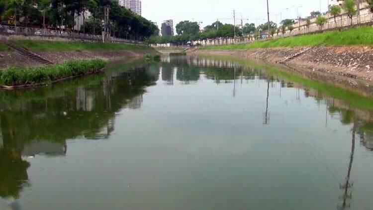 Nước sông Tô Lịch ngày 11/7, sau hai ngày được xả nước từ Hồ Tây. Ảnh. Bá Đô