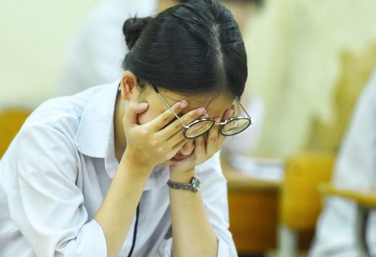 Thí sinh căng thẳng trong buổi thi THPT quốc gia tại Hà Nội. Ảnh: Giang Huy