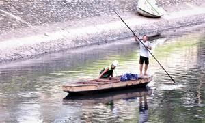 Sông Tô Lịch đen trở lại, cá chết sau khi Hồ Tây ngưng xả nước
