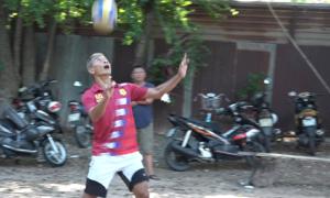 Cựu cầu thủ chơi bóng chuyền bằng chân ở Sài Gòn