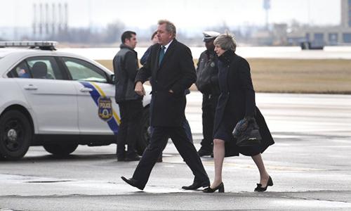 Đại sứ Anh tại Mỹ Kim Darroch và Thủ tướng Anh Theresa May (phải)trên đường tới cuộc gặp với Tổng thống Trump tại Philadelphia, Mỹ năm 2017. Ảnh:Metro.