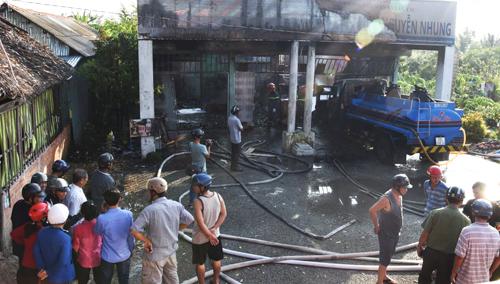 Cây xăng phát hỏa khi xe bồn đang tiếp nhiên liệu. Ảnh: Như Ý.