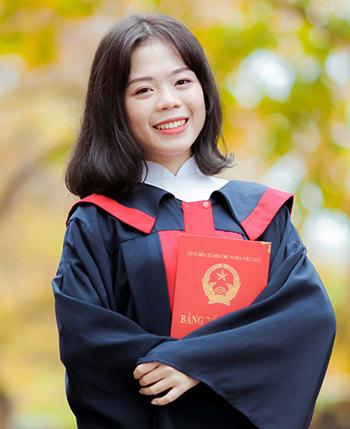 Hoàng Thị Thái Bảo chụp ảnh trong lễ tốt nghiệp THPT. Ảnh: NVCC