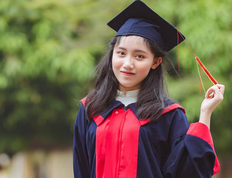 Ngô Thu Hà chụp ảnh tốt nghiệp THPT. Ảnh: NVCC