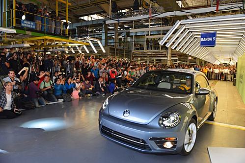 Chiếc VW Beetle cuối cùng lăn bánh khỏi dây chuyền nhà máy ở Mexico. Ảnh: VW