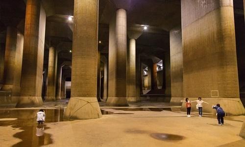 Dưới đáy một bể chứa khổng lồ trong hệ thống Kênh xả nước Ngầm khu vực Đô thị của Tokyo. Ảnh: NYTimes.