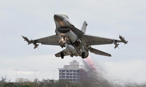 Tiêm kích F-16 Đài Loan cất cánh trong cuộc diễn tập ở Đài Trung. Ảnh: AP.