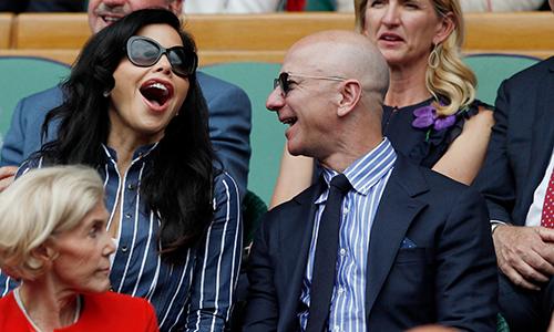 Tỷ phú Jeff Bezos, 55 tuổi, và bạn gái Lauren Sanchez trên khán đài của giải quần vợt Anh Wimbledon