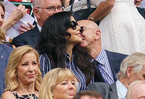 Tỷ phú Jeff Bezos hôn bạn gái Lauren Sanchez trên khán đài của giải quần vợt Anh Wimbledon hôm 14/7. Ảnh: Reuters