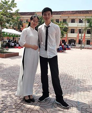 Lê Văn Tài cùng bạn học cùng lớp chụp hình lưu niệm. Ảnh: NVCC.