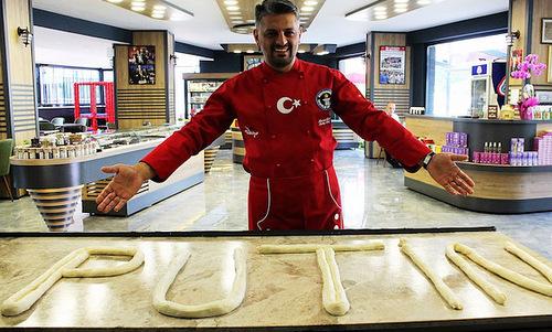 Đầu bếp Acar bên cạnh mẻ bánh borek chuẩn bị nướng. Ảnh: Yeni Safak.