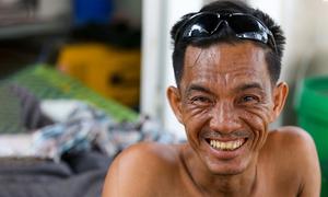 Người đàn ông liệt nửa người lái máy xúc ở Bình Dương