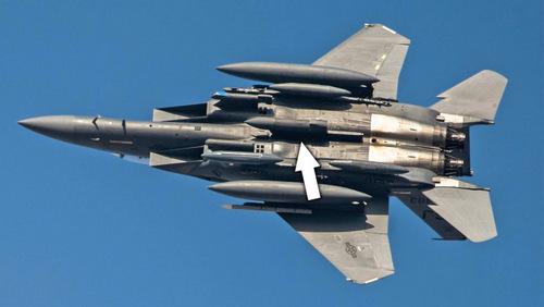 Cụm radar AN/ASQ-236 dưới bụng một chiếc F-15E triển khai tới UAE. Ảnh: USAF.