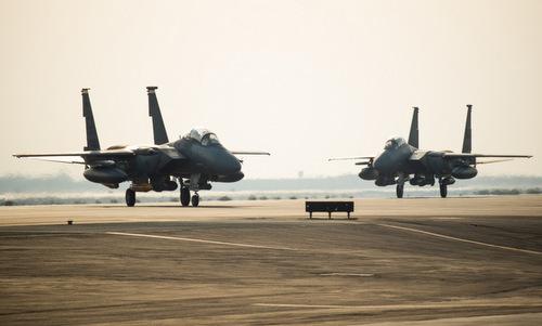 Các tiêm kích F-15E đáp xuống căn cứ Al-Dhafra hôm 14/6. Ảnh: USAF.