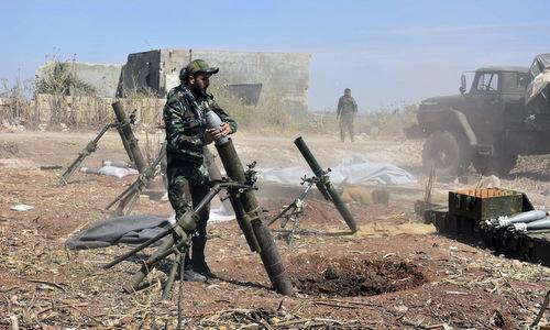 Binh sĩ chính phủ Syria nã cối vào vị trí phiến quân ở tây bắc nước này. Ảnh: SANA.