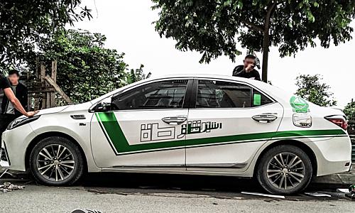 Một mẫu sedan dán decal phong cách cảnh sát Dubai tại Hà Nội. Ảnh: Decal Dubai