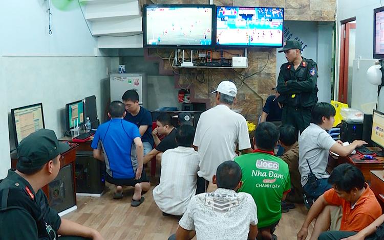 Cảnh sát khám xét một tụ điểm đánh bạc ở Nha Trang, hôm 14/7. Ảnh: