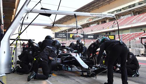 Đội ngũ kỹ thuật viên hỗ trợ Lewis Hamilton chạy chiếc Mercedes-AMG F1 W09 EQ Power+ tại đường đua Barcelona, Tây Ban Nha, tháng 3/2018. Ảnh: Mark Sutton.