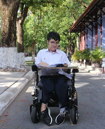 Từ năm lớp 5, Thiên Phú đã học trên chiếc xe lăn. Ảnh: Võ Thạnh