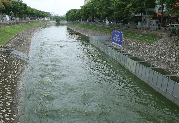 Dòng nước sông Tô Lịch chuyển màu xanh khi có thêm 1,5 triệu m3 nước từ hồ Tây xả vào. Ảnh: Tất Định.