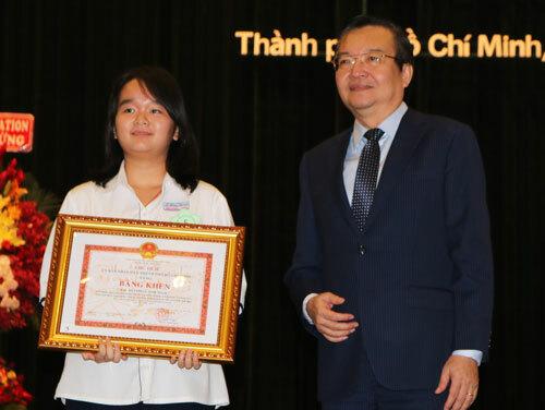 Bùi Phan Ánh Ngọc nhận bằng khen thành tích giải nhất học sinh giỏi cấp quốc gia. Ảnh: Như Quỳnh.