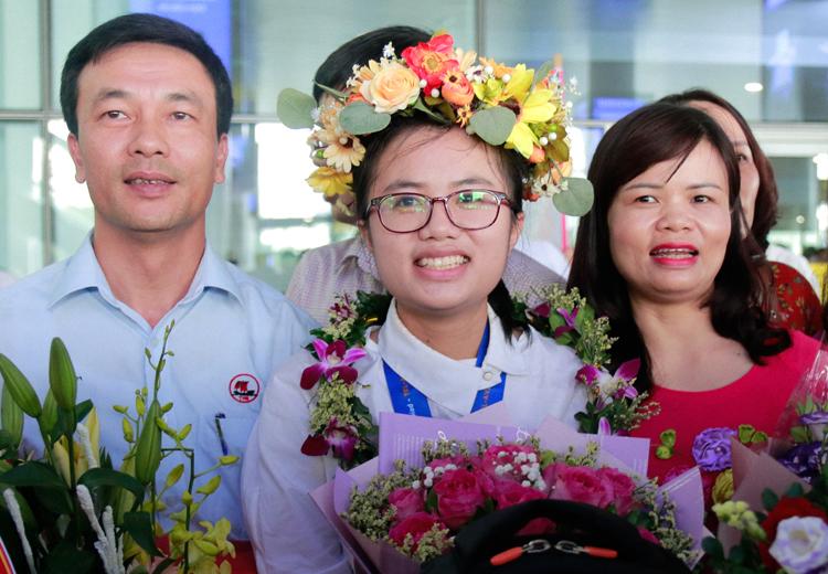 Nguyễn Khánh Linh chụp ảnh cùng gia đình tại sân bay Nội Bài, Hà Nội, sáng 16/7. Ảnh: Thanh Hằng
