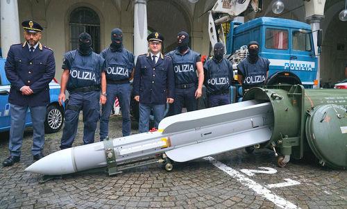 Các sĩ quan cảnh sát Italy bên cạnh quả đạn Super 530F. Ảnh: Drive.