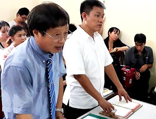 Đại diện của bị đơn và họa sĩ Lê Linh trong phần hỏi tại tòa. Ảnh: Hải Duyên.