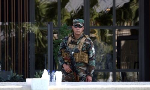 Lính người Kurd đứng gác ở nhà hàng bị tấn công ngày 17/7 ở Erbil. Ảnh: AFP.