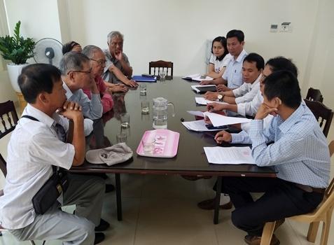 Hội đồng Nguyễn Phúc tộc làm việc với Trung tâm Quỹđất TP Huế. Ảnh: Võ Thạnh