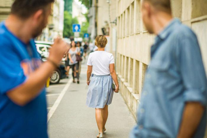 Hành động huýt sáo khi đi qua phụ nữ cũng có thể được coi là quấy rối.