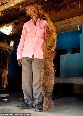 Sakal Dev bên mái tóc dài hơn 1,8 mét của ông. Ảnh: Barcroft Media.