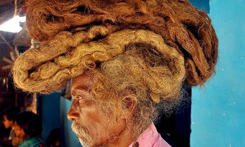 Ông Sakal Dev Tuddu với mái tóc dài có thể xếp tầng trên đầu. Ảnh: Barcroft Media.