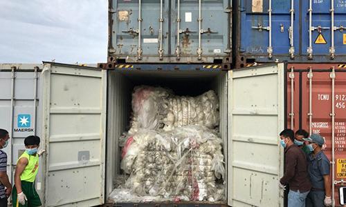 Một trong các container rác bị phát hiện ở cảng Sihanoukville, Campuchia chiều 1/7. Ảnh: Khmer Times.