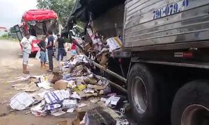 Hai ôtô biến dạng sau cú tông trực diện ở Bình Thuận