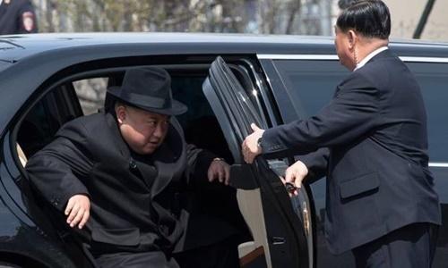 Lãnh đạo Triều Tiên Kim Jong-un bước xuống từ siêu xe để tới gặp mặt Tổng thống Nga Vladimir Putin ở Vladivostok hồi tháng 4. Ảnh: AP.