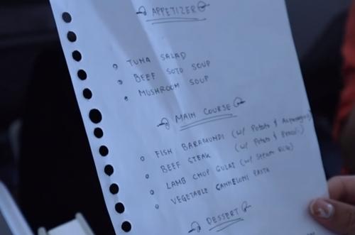 Thực đơn viết tay của hãng hàng không Garuda. Ảnh: YT.