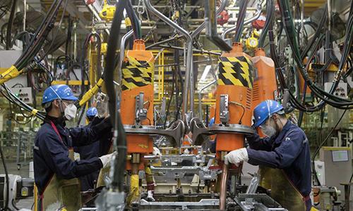 Công nhân làm việc tại dây chuyền lắp ráp của nhà máy Ford ở Hàng Châu, Chiết Giang, Trung Quốc tháng 4/2017. Ảnh: IC.