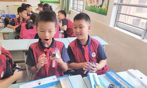Học sinh Trung Quốc nhận đồng hồ thông minh do chính phủcung cấp. Ảnh: Weibo.