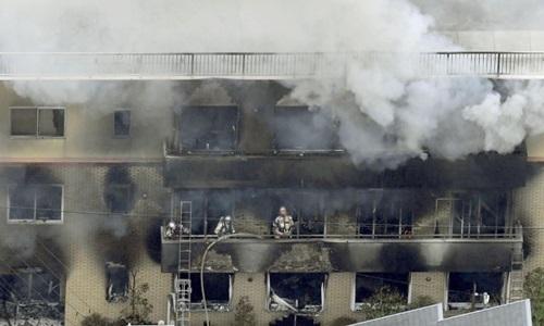 Lính cứu hỏa tại hiện trường vụ cháy xưởng vẽ của hãng phim hoạt hình Kyoto Animation ở Nhật Bản hôm nay. Ảnh: Reuters.