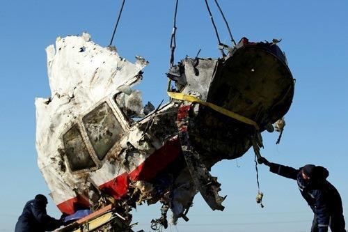 Một mảnh vỡ của chiếc máy bay MH17. Ảnh: Reuters.