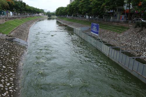 Khu vực thí điểm làm sạch sông Tô Lịch sau khi hồ Tây xả nước. Ảnh: Tất Định