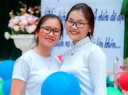 Đào Thị Trà Giang (trái) chụp ảnh với bạn cùng lớp.
