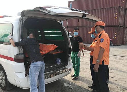 Thi thể hai nạn nhân được đưa lên xe chở về huyện Quỳnh Lưu. Ảnh: Nguyễn Hải