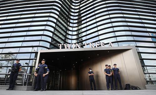 Cảnhsát đứng gác trước sứ quán Nhật Bản ở thủ đô Seoul sáng nay. Ảnh: Yonhap