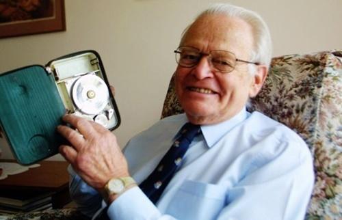 David Warren vào năm 2002 bên thiết bị tích hợp ghi âm buồng lái và ghi dữ liệu chuyến bay. Ảnh: Fairfax.