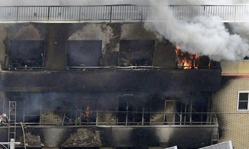 Khói bốc nghi ngút từ tòa nhà xưởng phim ở Kyoto hôm 18/7. Ảnh: Reuters.